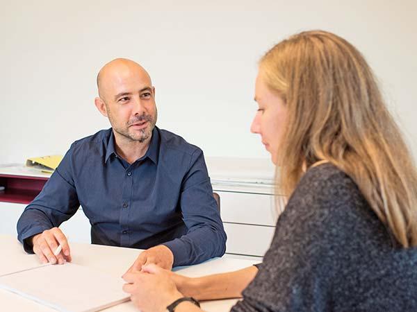 Bild einer Mitarbeiterin mit einem Klienten