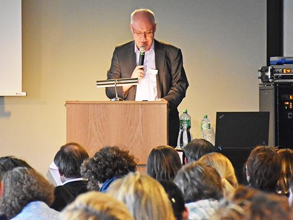 Bild vom Redner an einer Fachtagung