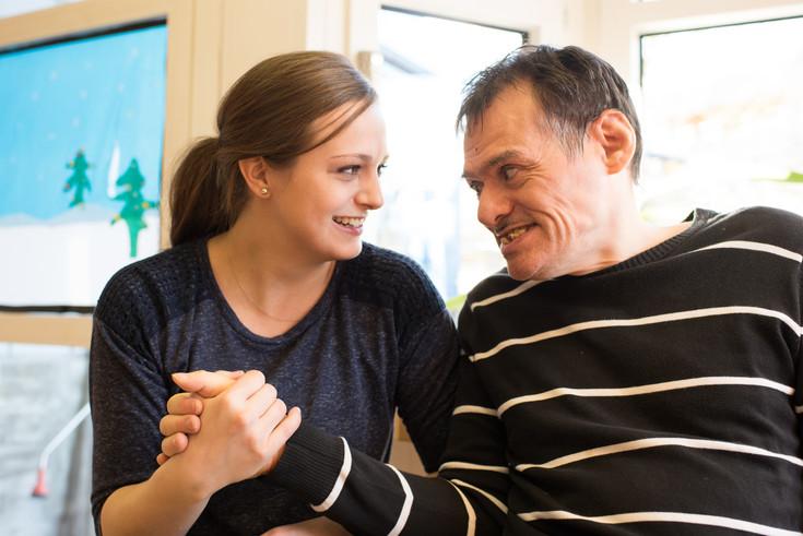 Bild einer Mitarbeiterin und eines Klienten