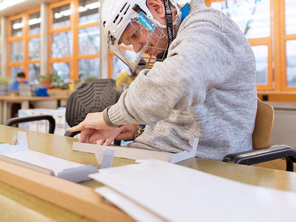 Ein Klient bei Handarbeiten
