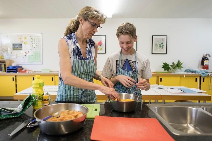 Schüler der Oberstufenschule Lengg im Kochunterricht