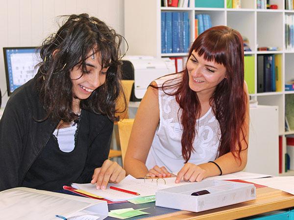 Unterrichtssituation an der EPI Spitalschule mit Lehrerin und Schüler