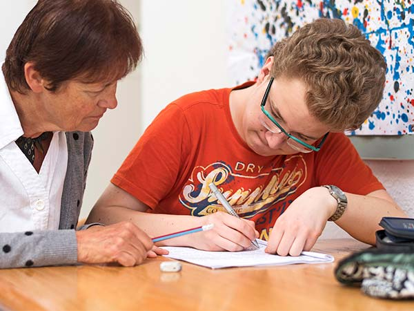 OSSL-Leitbild-Lehrperson-unterstützt-Schüler